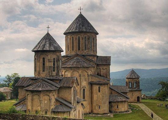 Монастырский комплекс в Гелати. На переднем плане - храм св. Георгия Победоносца, XIII.jpg